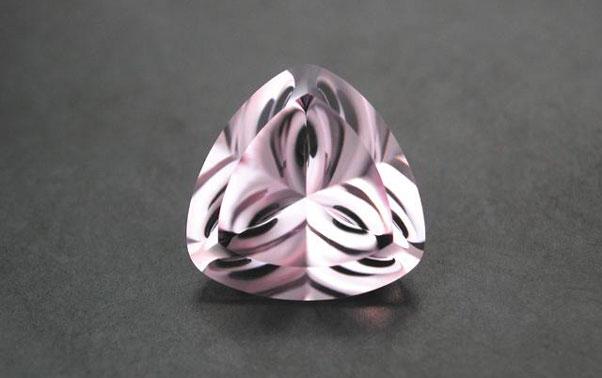 Ametist superb roz cu dungi negre ideal pentru inelul de logodna